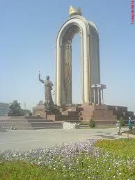 مجسمه شاه اسمعیل سامانی در میدان مرکزی شهر دوشنبه
