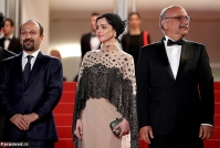 """CANNES, FRANCE - MAY 21: Director Ashgar Farhadi, Taraneh Alidoosti and Babak Karimi attend """"The Salesman (Forushande)"""" Premiere during the 69th annual Cannes Film Festival at the Palais des Festivals on May 21, 2016 in Cannes, France (Photo by Andreas Rentz/Getty Images)"""