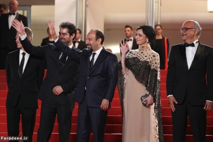 """CANNES, FRANCE - MAY 21: Producer Alexandre Mallet-Guy, director Asghar Farhadi, actor Shahab Hosseini, actress Taraneh Alidoosti and actor Babak Karimi attend """"The Salesman (Forushande)"""" Premiere during the 69th annual Cannes Film Festival at the Palais des Festivals on May 21, 2016 in Cannes, France. (Photo by Andreas Rentz/Getty Images)"""